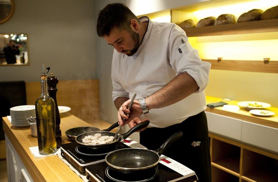 Pavel Cihlář připravuje jídlo v restauraci Aliter